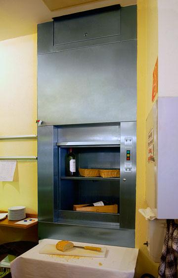 Met onze keukenliften voorkomt u onnodig traplopen en verdient u uw investering dus heel snel terug